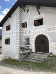 Engandiner Häuser im oberen alten Dorfteil von Scuol