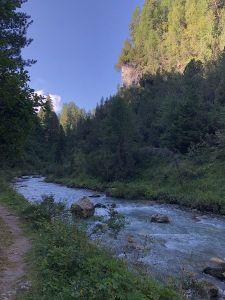 Schluchtweg und Weiler im Fextal